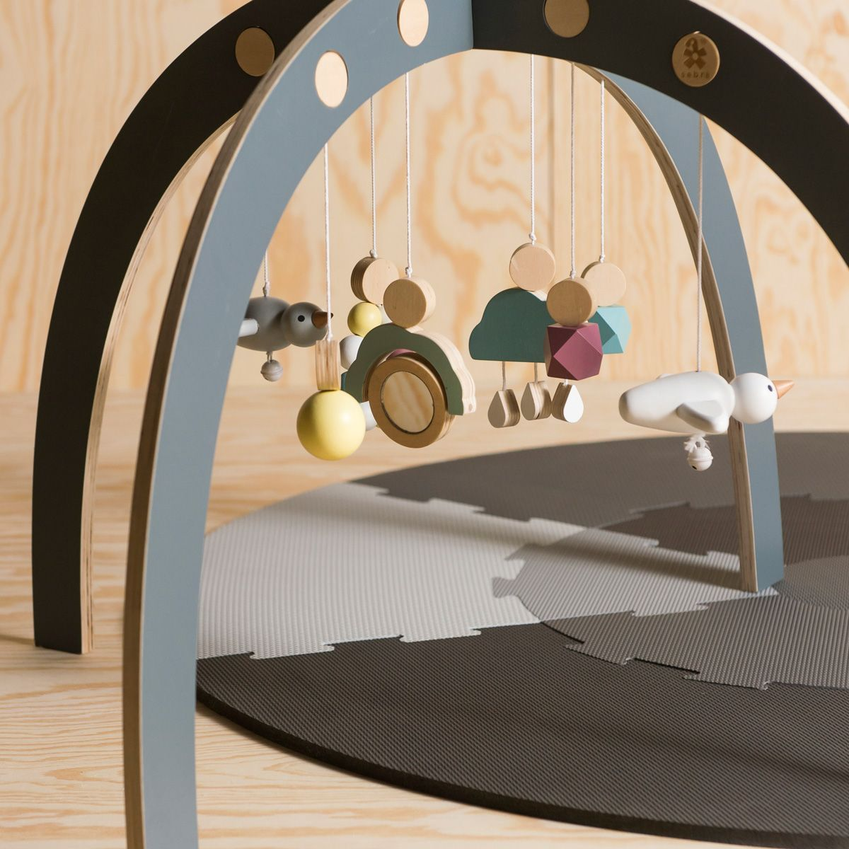 holz spielbogen baby gym von sebra kaufen bei little roomers. Black Bedroom Furniture Sets. Home Design Ideas